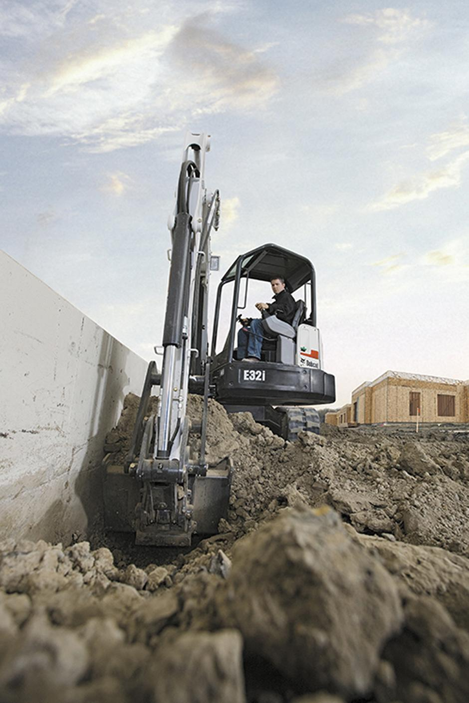 209136-exc_e32_with_bucket_clamp-98855-47417-hr_mg_full