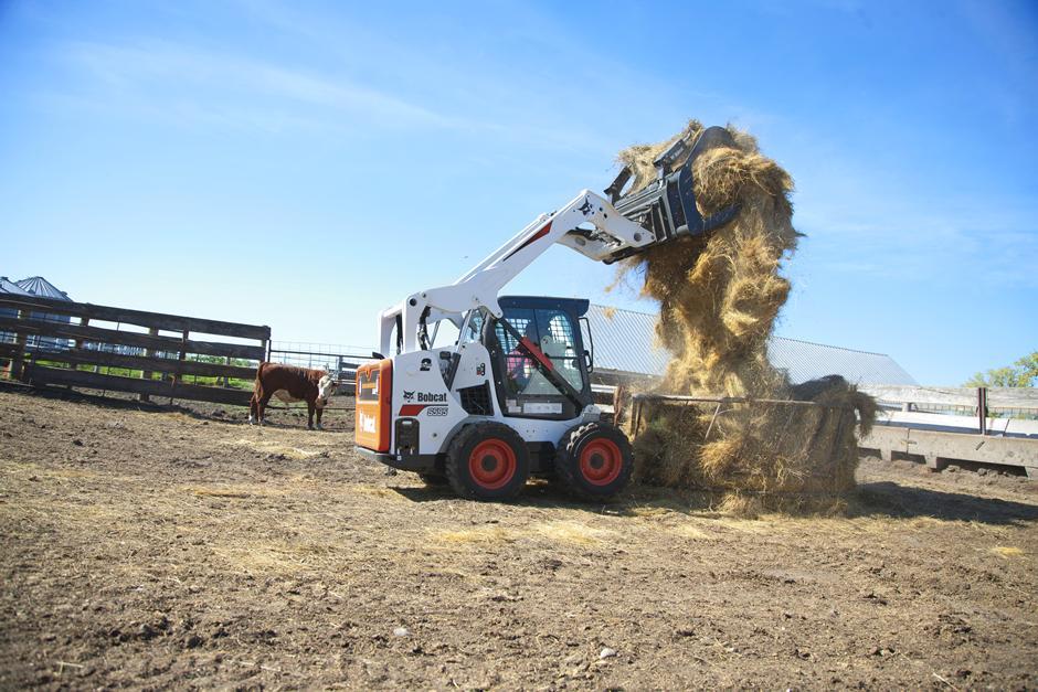 bobcat-s595-dumping-hay-into-feeder-185517-113780_mg_full